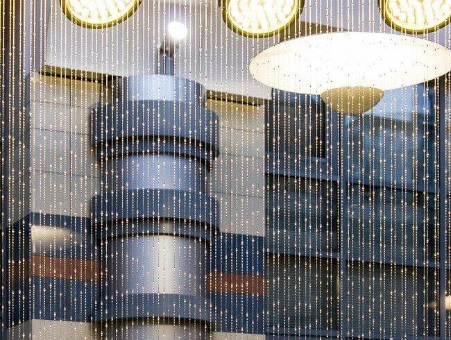 Водопад по прозрачным струнам и нитям