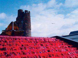 Декоративный фонтан в Британии с красной водой