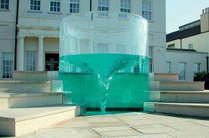 Водоворот воды в стеклянном фонтане