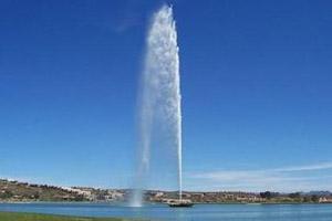 Высокий струйный фонтан с подсветками