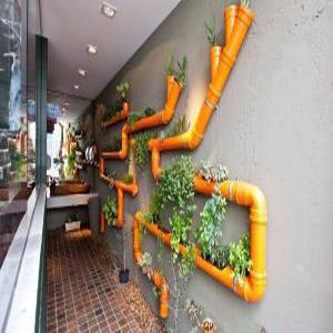 Декорирование при помощи водопроводных труб и растений