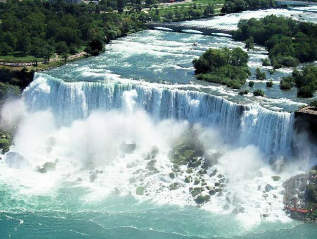 Струи водопада создают пену